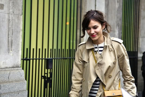 alexa+chung+street+style+trench+coat+striped+shirt-+yellow+crossbody+bag-+and+magenta+lips