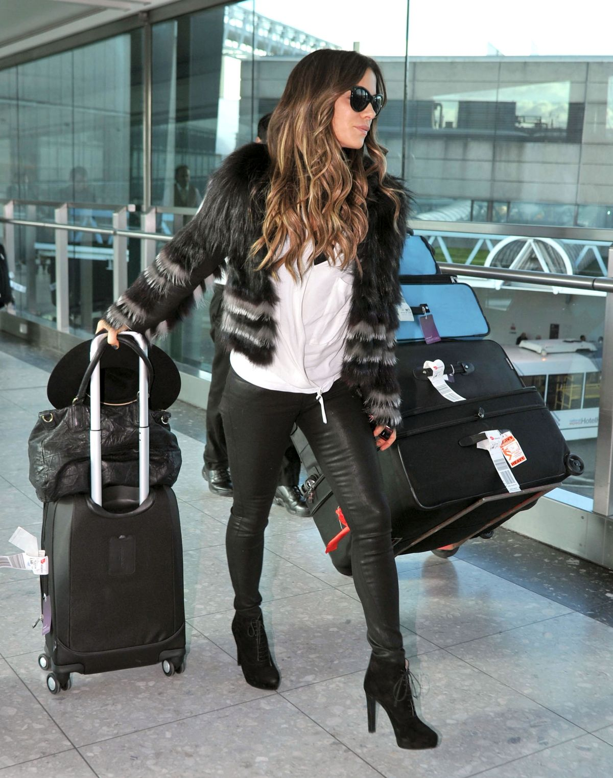 kate-beckinsale-in-skintight-leather-trousers-at-heathrow-airport-in-london_1