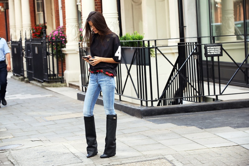 la-modella-mafia-Barbara-Martelo-street-style-chic-in-a-Givenchy-printed-tee-and-boots-at-Spring-2013-Fashion-Week1