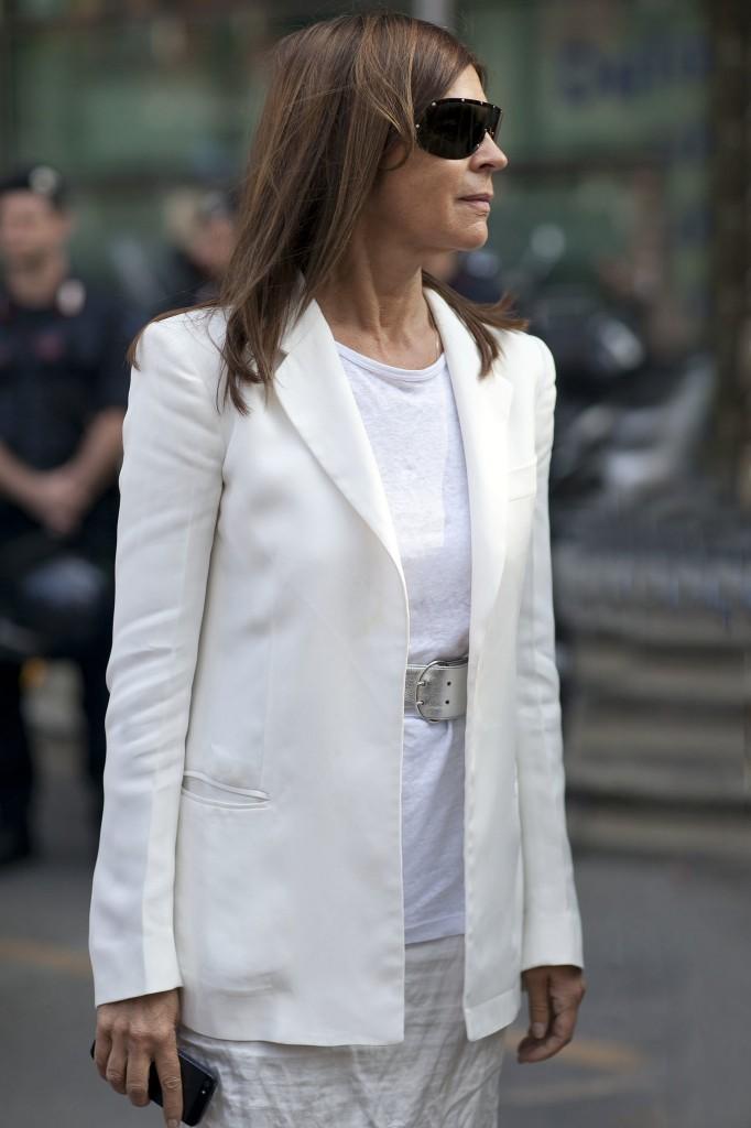 Carine-Roitfeld-looks-chic-white-blazer-thrown-over-tee